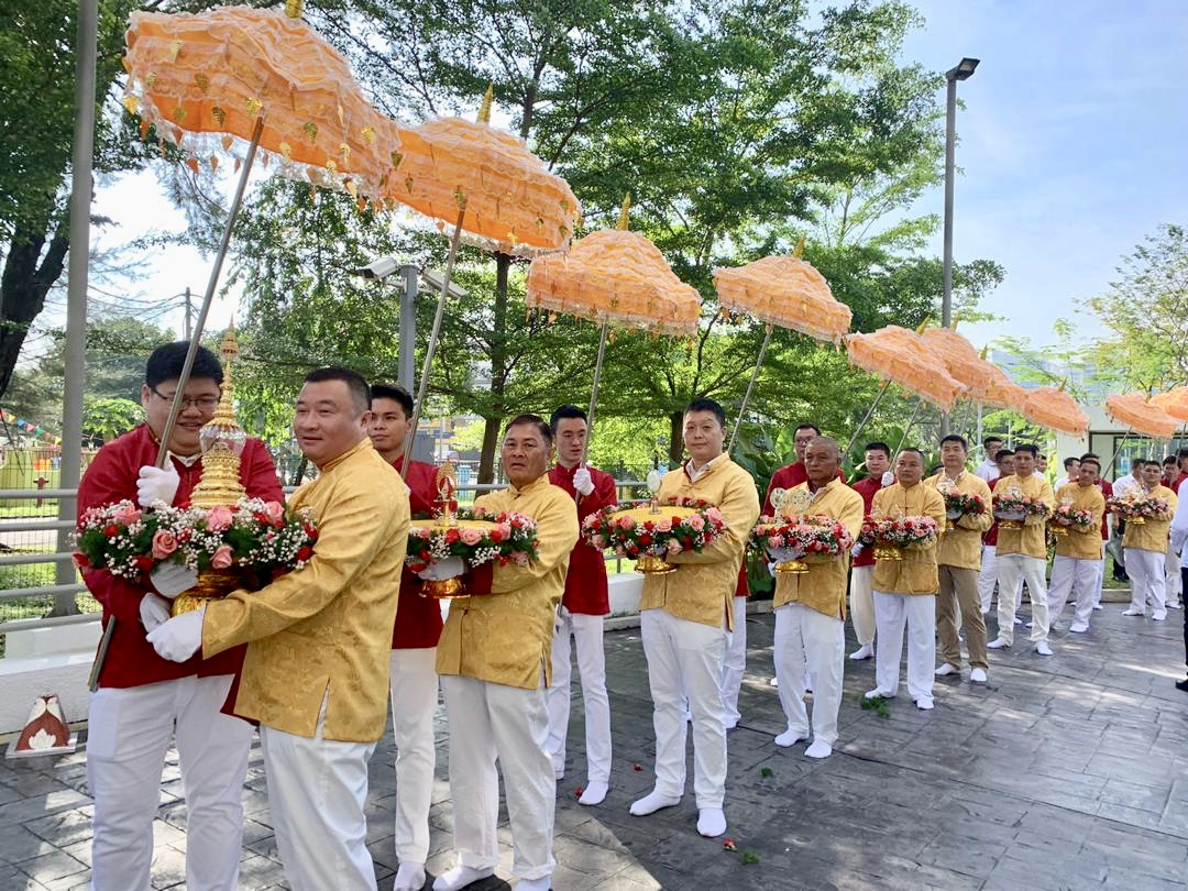 Teo Choo Guan received the replica buddha tooth relic from Beijing, China and Kandy, Sri Lanka for enshrinement after being awarded the Sweden World P