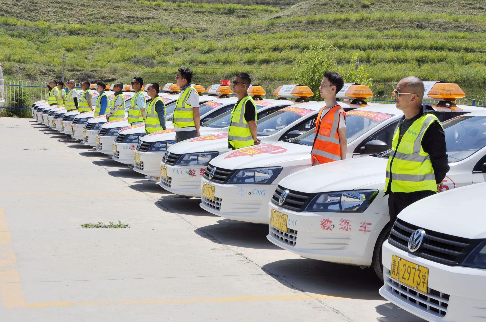 西宁温氏驾校39辆送考车整装待发 爱心送考路 温暖在前行